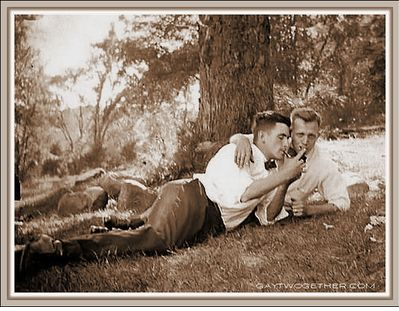 Beautiful couple in New England 1948 || Source: everydaygay.blogspot.com/