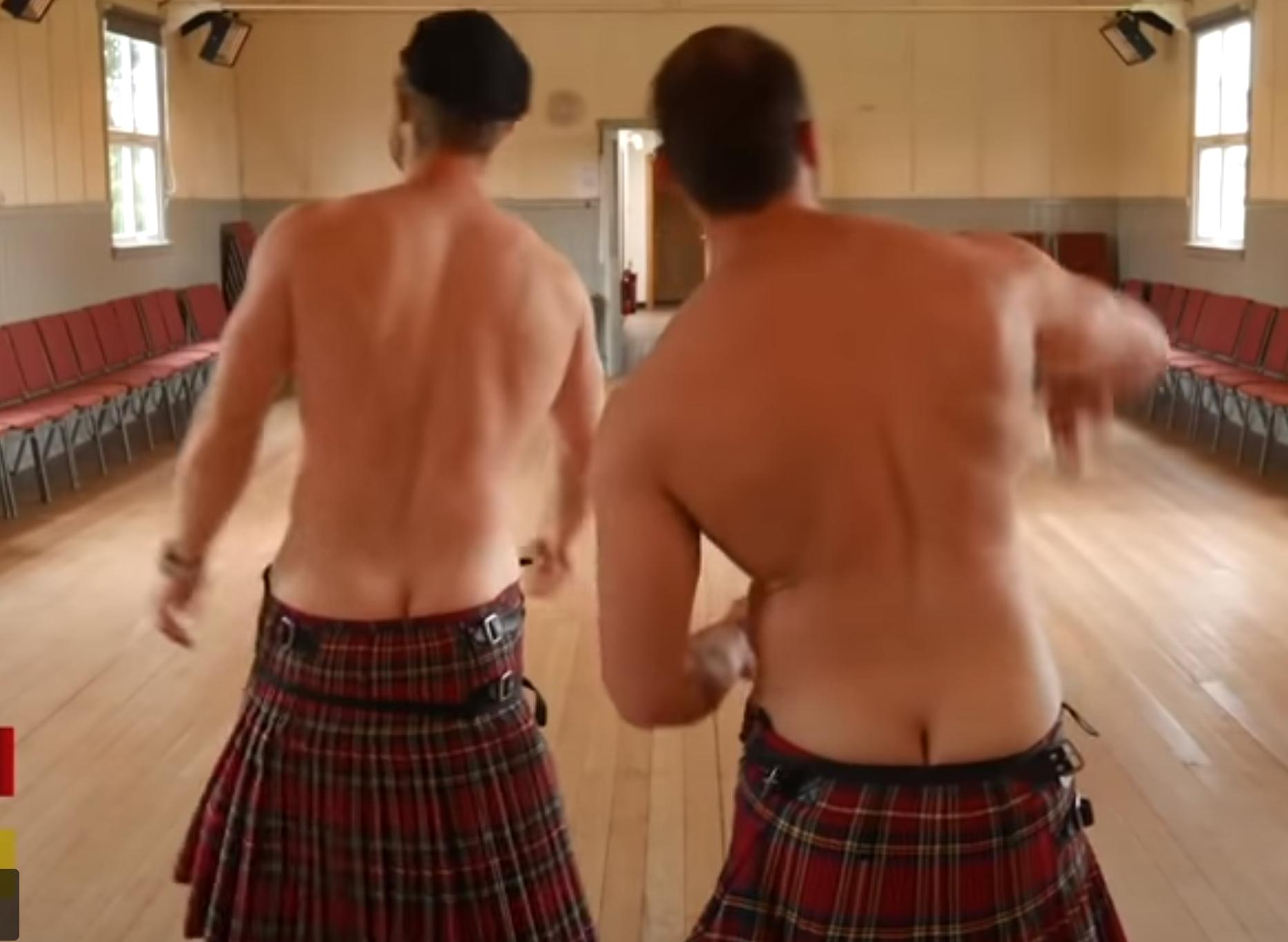 Schwule Männer in Kilts ausgesetzt